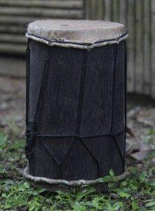 El ritmo del tamborito se acompaña con tres tambores llamados repicador, pujador y caja. Estos se encargan de la ornamentación, el sonido grave y el pulso, respectivamente