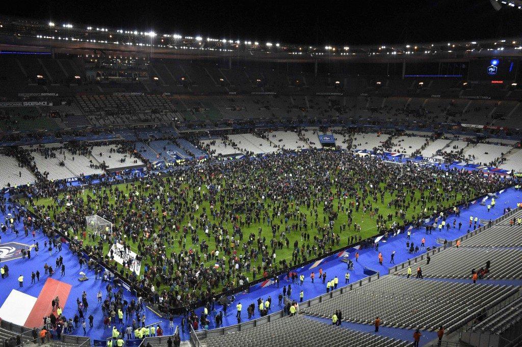 Los expectadores del partido que se encontraban en el Estado de Francia al momento de las explosiones buscaron refugio en la cancha.  AFP PHOTO / FRANCK FIFE