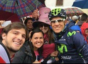 El miércoles, Andrey Amador se tomó fotografías con aficionados que llegaron a apoyarlo tras la etapa 17. (Foto tomada del Twitter de Andrey Amador).