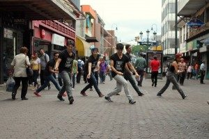 En días pasados, actores y bailarines de West Side Story usaron la Avenida Central como sala de ensayos. (Foto: cortesía de Luciérnaga Producciones)
