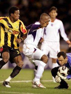 José Francisco Porras retiene el balón luego de la cobertura defensiva de su compañero Reynaldo Parks ante el Al-ittihad, en el duelo por el tercer lugar del Mundial de Clubes 2005.