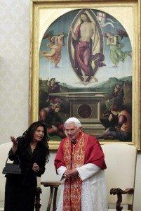 Como Presidenta, el Gobierno de Laura Chinchilla impregnó de catolicismo su gobierno. Aquí rindiendo tributo al Papa Benedicto XVI