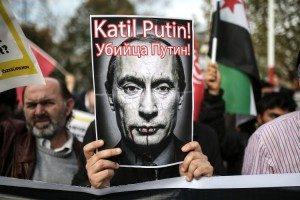 """Un manifestante sostiene un cartel que representa el presidente ruso, Vladimir Putin, y la lectura """"¡Putin, asesino!"""" durante una manifestación en contra de Rusia el pasado 27 de noviembre en Estambul."""