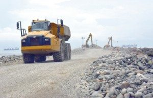 A la fecha, en la construcción se han utilizado 320.000 toneladas de piedra local.
